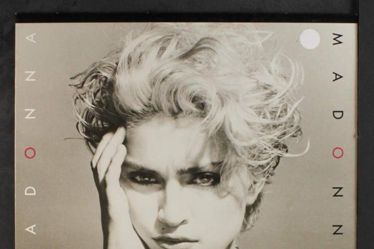 樂壇永遠的天后瑪丹娜,跨足電影圈屢敗屢戰,經過多年的蟄伏,近來又開始籌備新片,打算將自己年輕時的奮鬥歷程搬上大銀幕,光是劇本長度就有兩個多小時,是她非常在意的大計畫。各方最矚目的是,誰來扮演年輕時的...