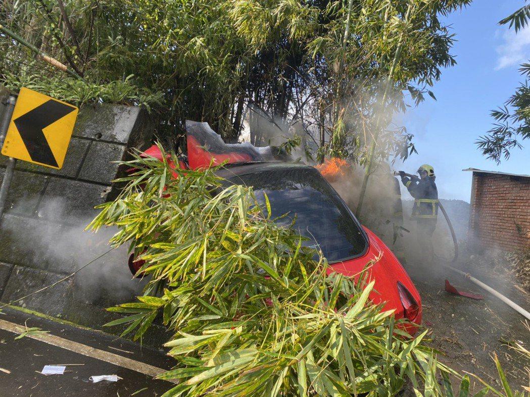 紅色法拉利疑似剎車失控,自撞山壁後冒出陣陣白煙和火舌,消防人員射水撲滅火勢。記者...