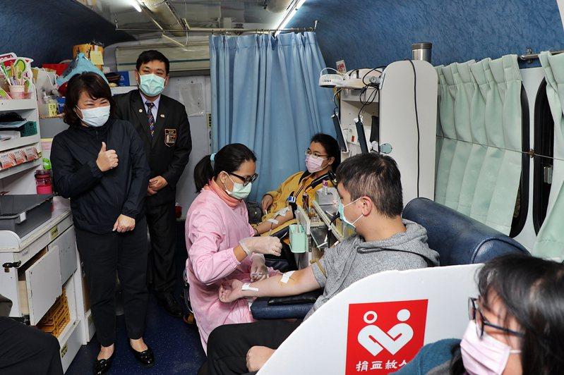 嘉義市長黃敏惠(左)鼓勵民眾捐血。圖/嘉市府提供