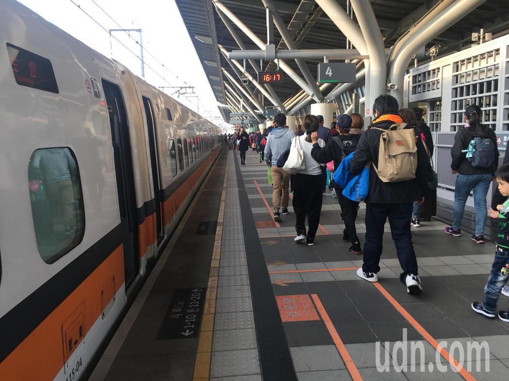 台灣高鐵2021年春節疏運期間,加開441班次列車,為南下236班、北上205班...