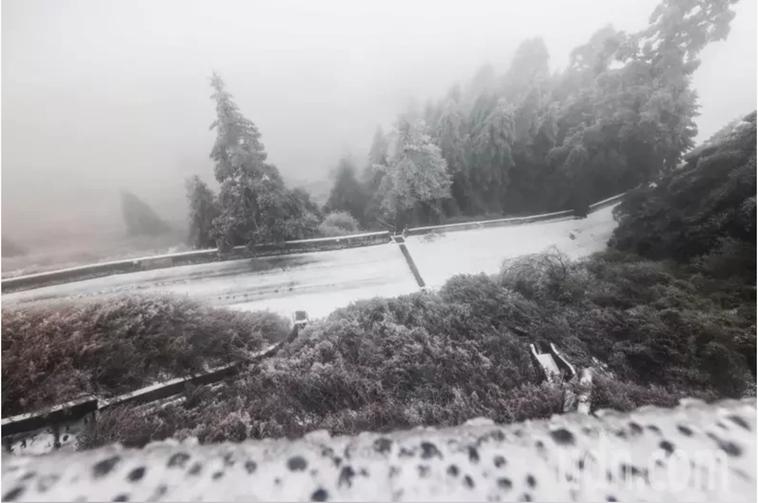醫師提醒上山追雪最好穿防水鞋。本報資料照片