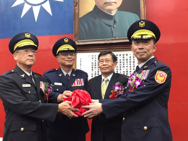高雄市警察局長劉柏良(右一)去年7月才上任,傳出將遭撤換。圖/翻攝高雄市政府警察局臉書