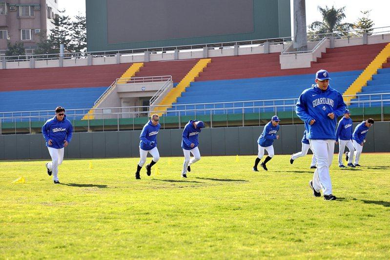 富邦悍將即將開放球迷進場和簽名,目前每天仍緊鑼密鼓訓練。圖/嘉義市府提供