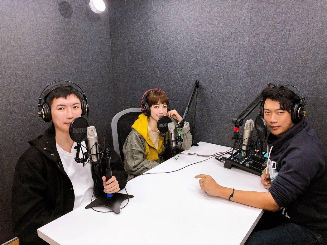 林鴒(中)和達倫(左)、左撇子合開Podcast頻道。圖/凱特文化提供