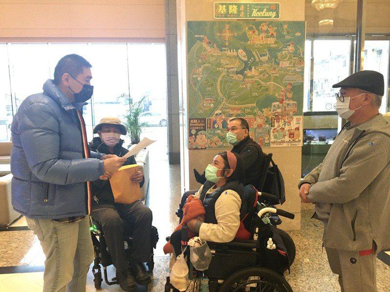 基隆市不少輪椅族視搭公車為畏途,前立委謝國樑(左1)了解後,安排脊髓損傷者協會與公車處建立溝通平台。圖/謝國樑服務處提供