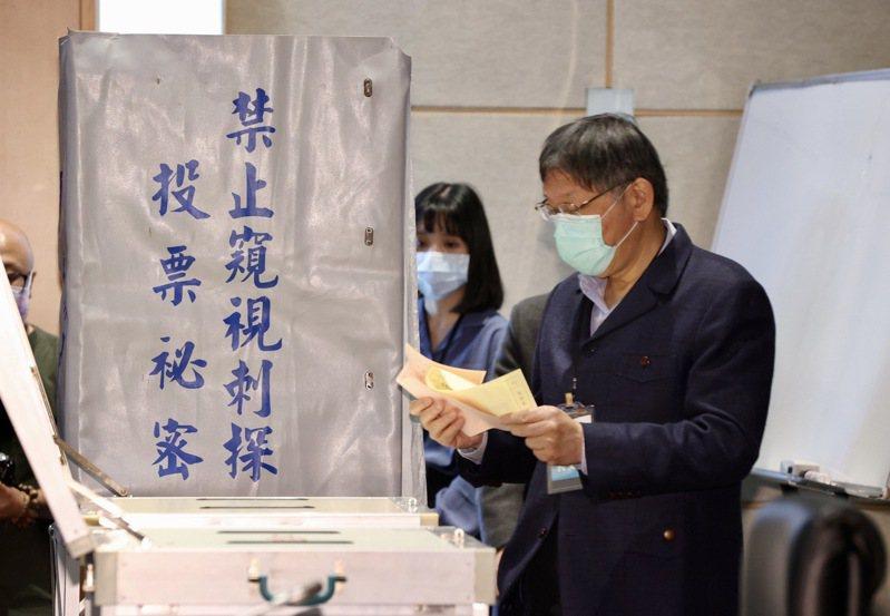 台灣民眾黨首次黨代表大會,投票選出新權力核心,黨主席柯文哲投票。記者黃義書/攝影
