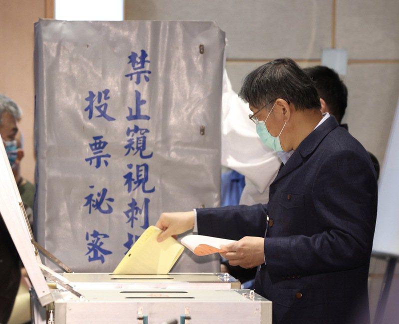 民眾黨舉行首次黨代表大會,投票選出新權力核心,黨主席柯文哲投票。記者黃義書/攝影
