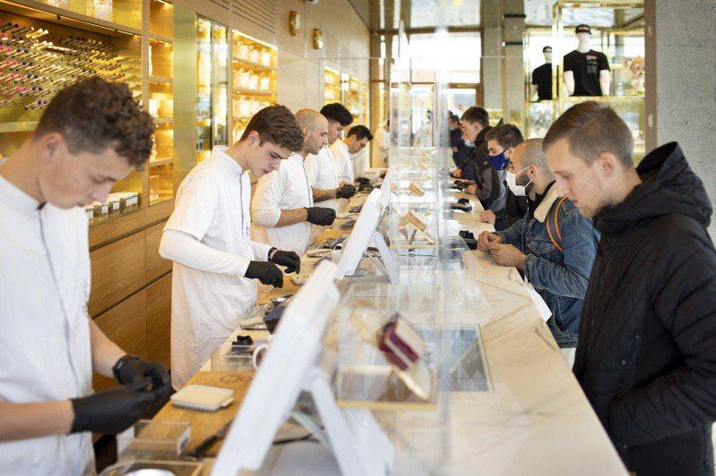 荷蘭阿姆斯特丹大麻咖啡館Boerejongens裡,店員忙著販售大麻。圖/取自紐約時報