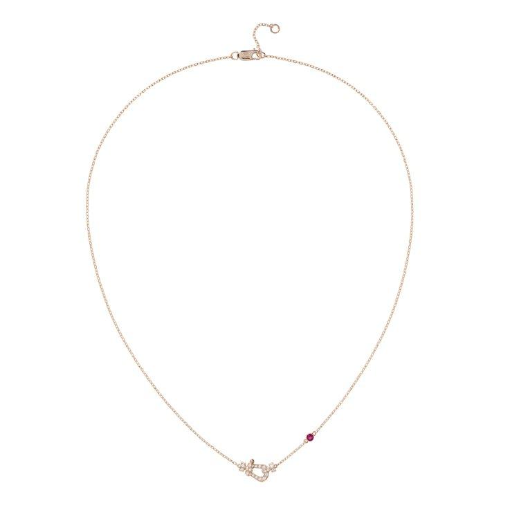 Mini Force 10玫瑰金鑽石項鍊綴以1顆紅寶石,57,900元。圖/斐登...
