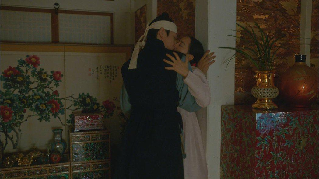 申惠善與金正鉉忘情相吻。圖/friDay影音提供