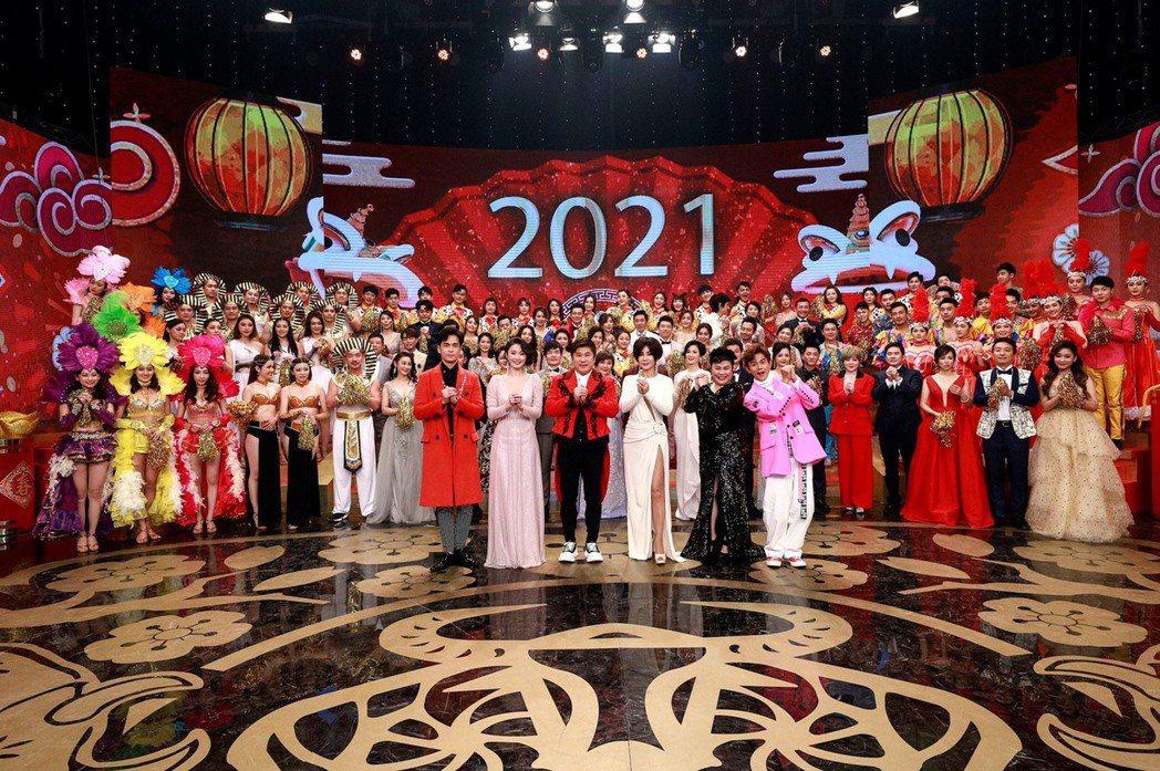 民視錄過年特別節目,主持群為Gino(左起)、侯怡君、胡瓜、陳美鳳、阿翔和林美秀...