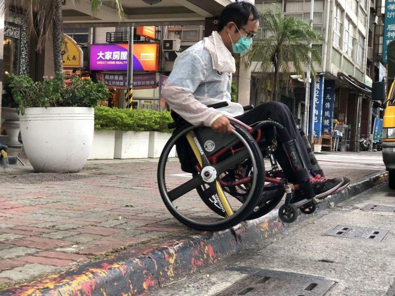 輪椅族及娃娃車通行在人行道時,除了車阻也會遇到高低差問題。聯合報系資料照
