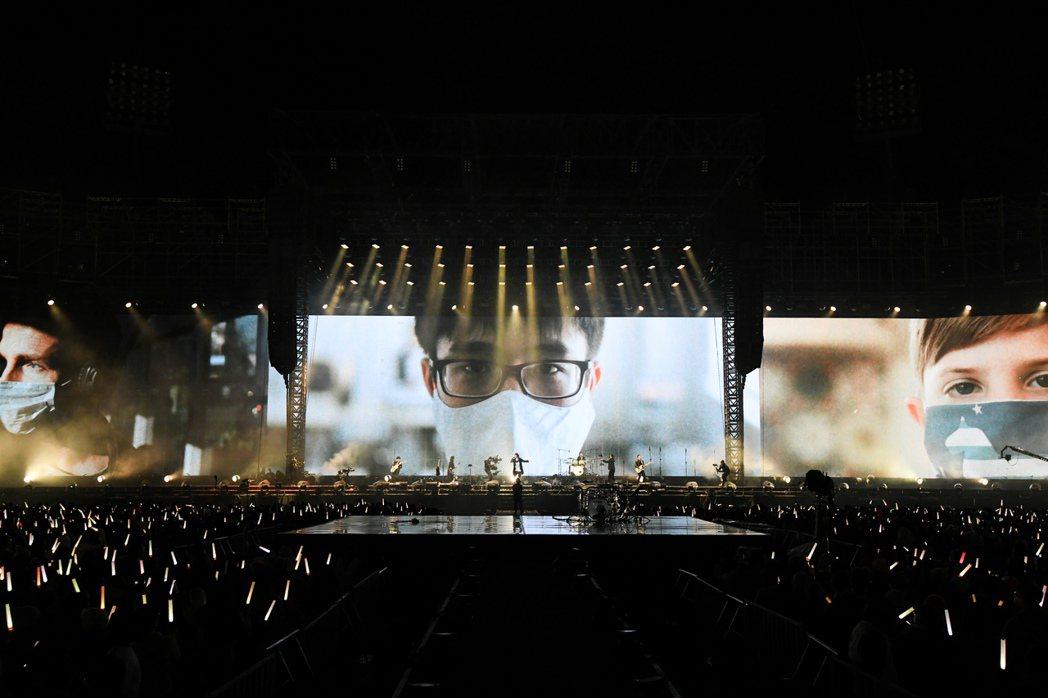 五月天演唱「勇敢」一曲時,後方視訊能看到一群無名英雄的身影。圖/相信音樂提供