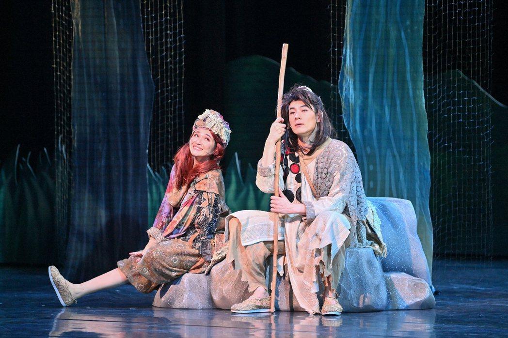 施易男(右)與羅美玲主演舞台劇「大寶神珠」。圖/夢蓮花文藝基金會提供
