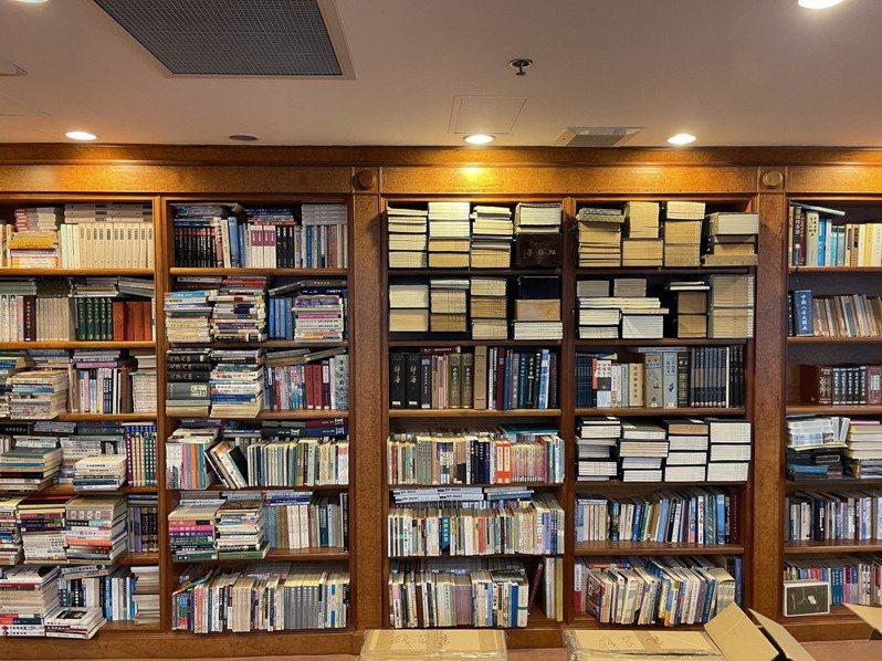 金庸博學多才,書房裡有上萬本書(圖,王榮文提供),也有多張CD甚至是黑膠唱片,這批收藏可望來台供金迷珍藏研究。