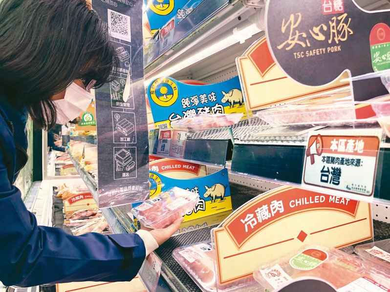 家樂福台灣豬標章被下架,不僅引發業者不滿,消費者對標章可信度也跟著存疑。圖為民眾挑選生鮮豬肉。記者林伯東/攝影