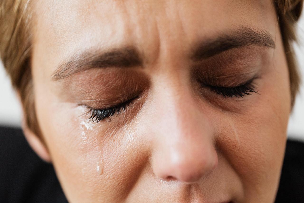 年齡大者引起乾眼症主要原因是眼睛分泌油脂減少、代謝功能降低減少淚液分泌,又以更年...