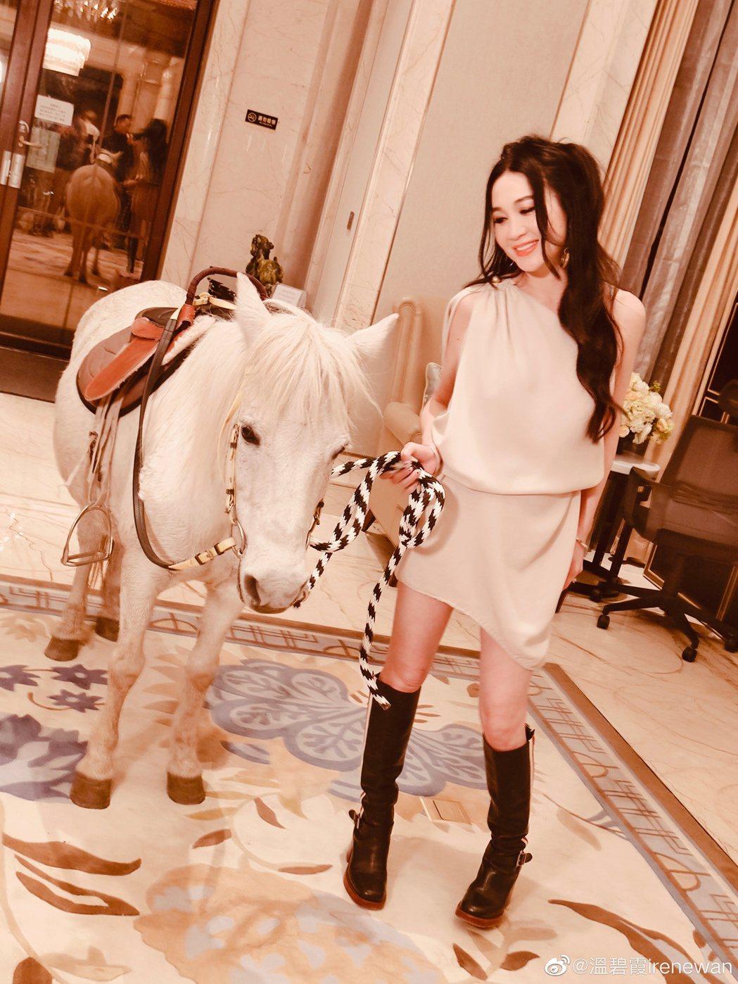 溫碧霞在豪宅內騎馬。 圖/擷自溫碧霞微博