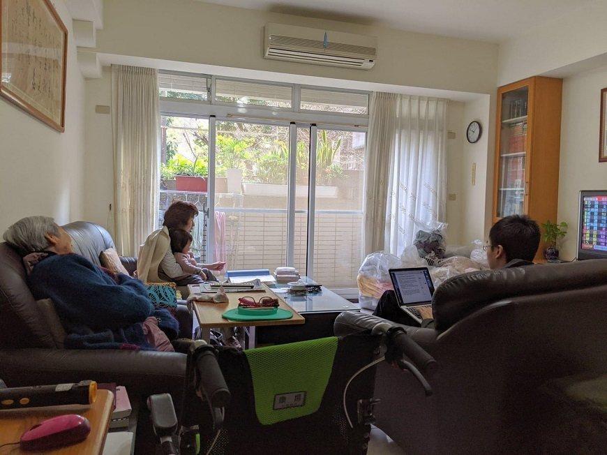斷食期間,畢媽媽的家人都回家陪她。孫子(右一)採訪阿嬤,紀錄她一生的故事。 圖/...