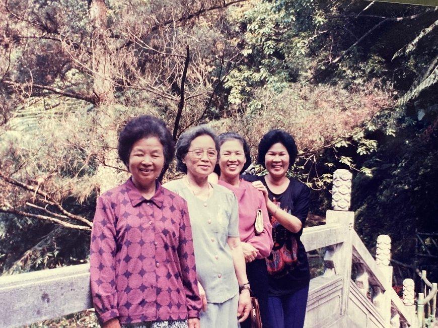 媽媽(右2)過世後,畢柳鶯夢到她和最愛的阿姨(左1)開心聊天。 圖/取自50+(...