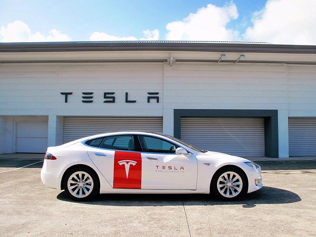 Tesla Mobile Service行動服務車提供車主即時車輛維修與救援服務...