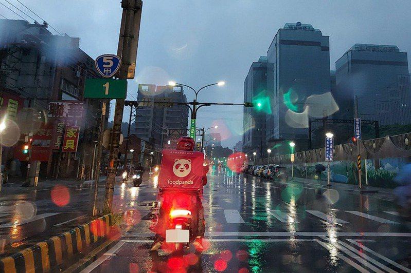 寒流發威又常大雨,越來越多人三餐倚靠外送。 聯合報系資料照