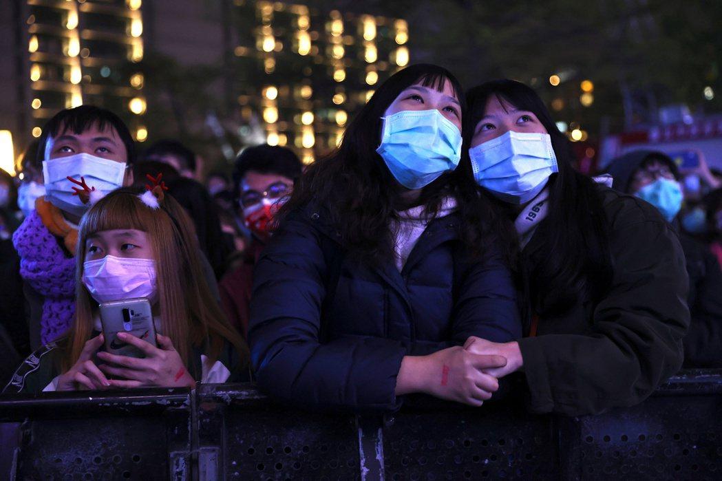 2020年12月31日,民眾戴口罩參與台北跨年晚會。 圖/路透社