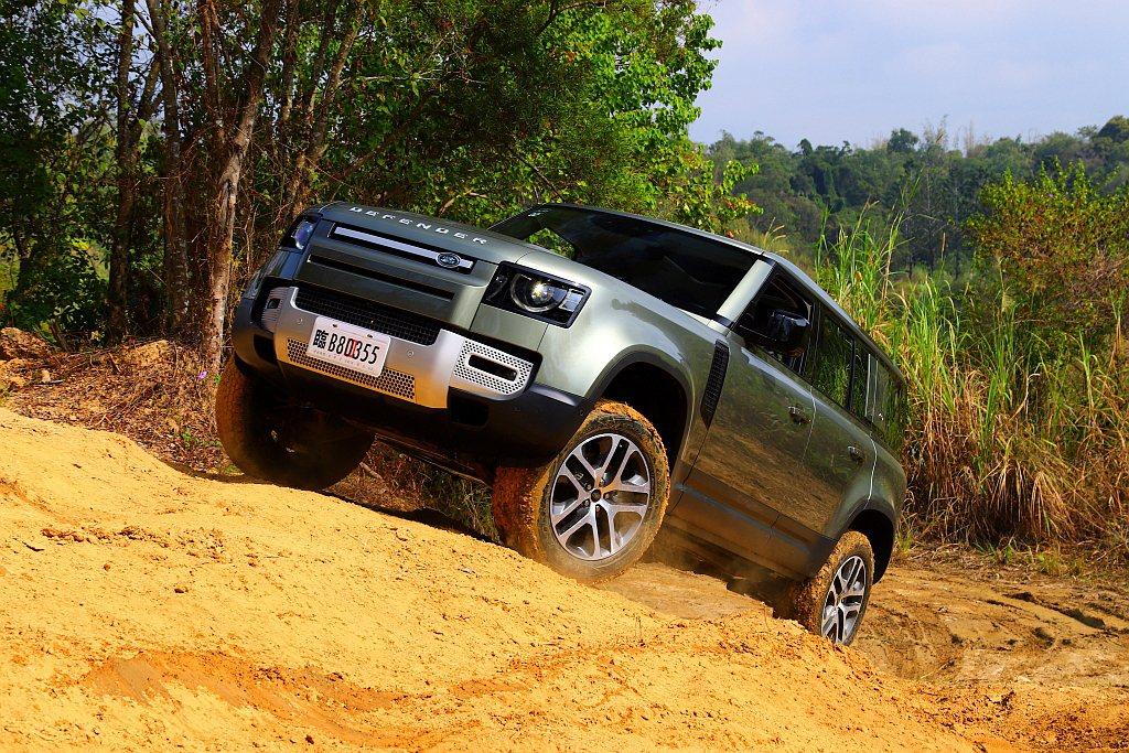 新世代Land Rover Defender終於登台並帶來全面性的變革。 記者張...