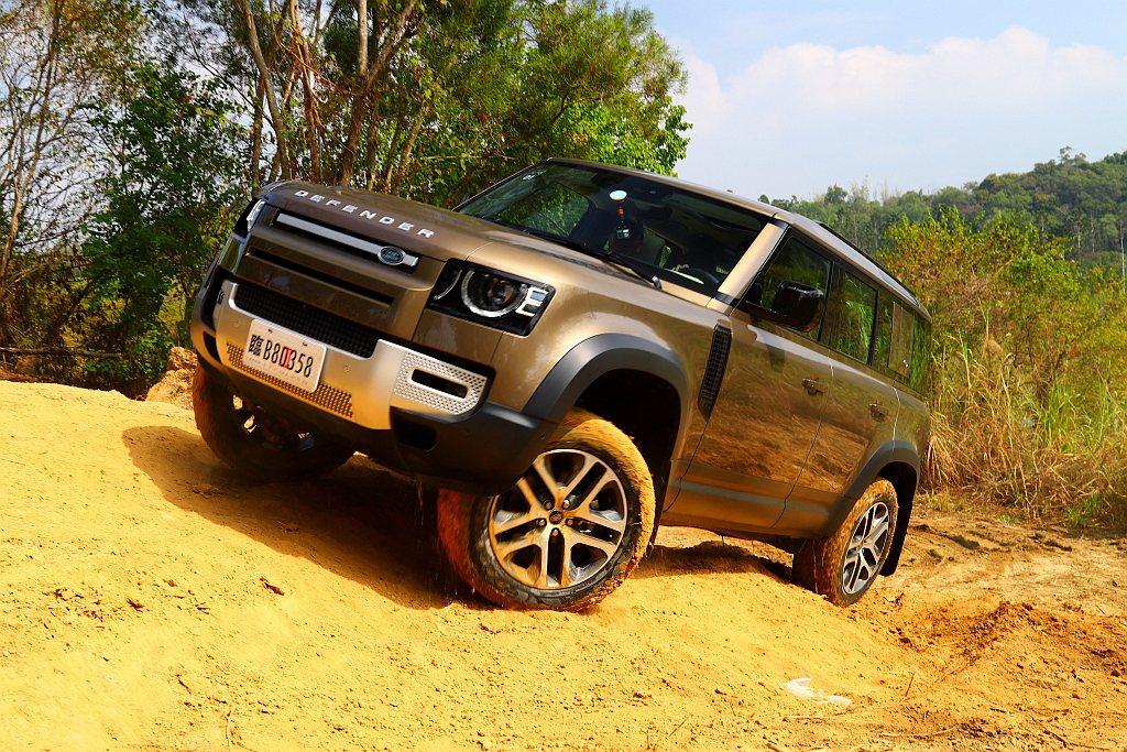 新世代Land Rover Defender將全時四輪驅動系統、雙速加力箱、中央...