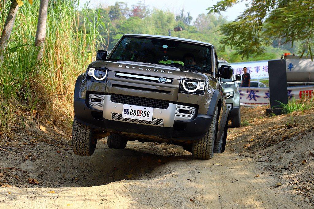 從外面看新世代Land Rover Defender挑戰各項關卡似乎讓人心驚膽戰...