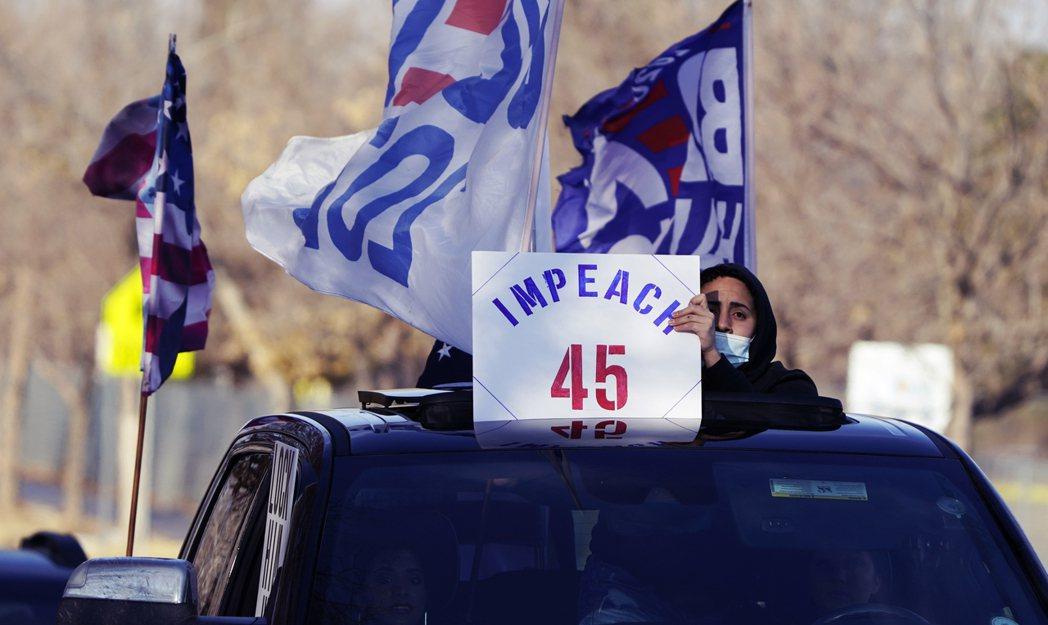 1月10日,民眾在科州丹佛響應彈劾川普遊行。 圖/ 美聯社