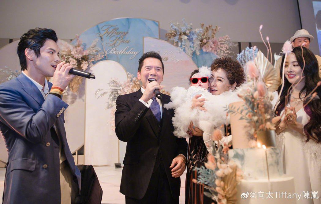 「向太」陳嵐分享愛孫百日宴的照片。圖/擷自微博