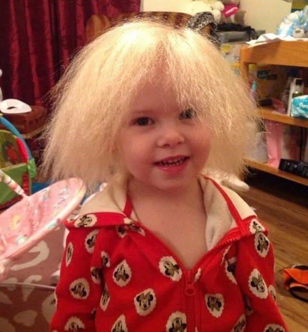 人們說女童小時候很像愛因斯坦。圖/取自dailymail