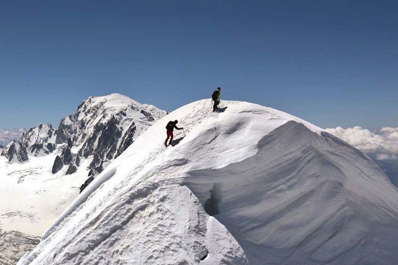霞慕尼有著壯觀的冰河和白朗峰兩個先天條件,逐漸嶄露頭角,吸引貴族仕紳和中產階級前往觀光。 圖/取自霞慕尼嚮導公司官網