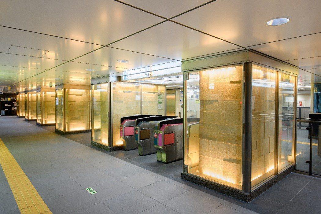 京橋站帶有煤氣燈圖案的柱子,突顯檢票口的存在,增加檢票口的可見度,從柱子上透出的...
