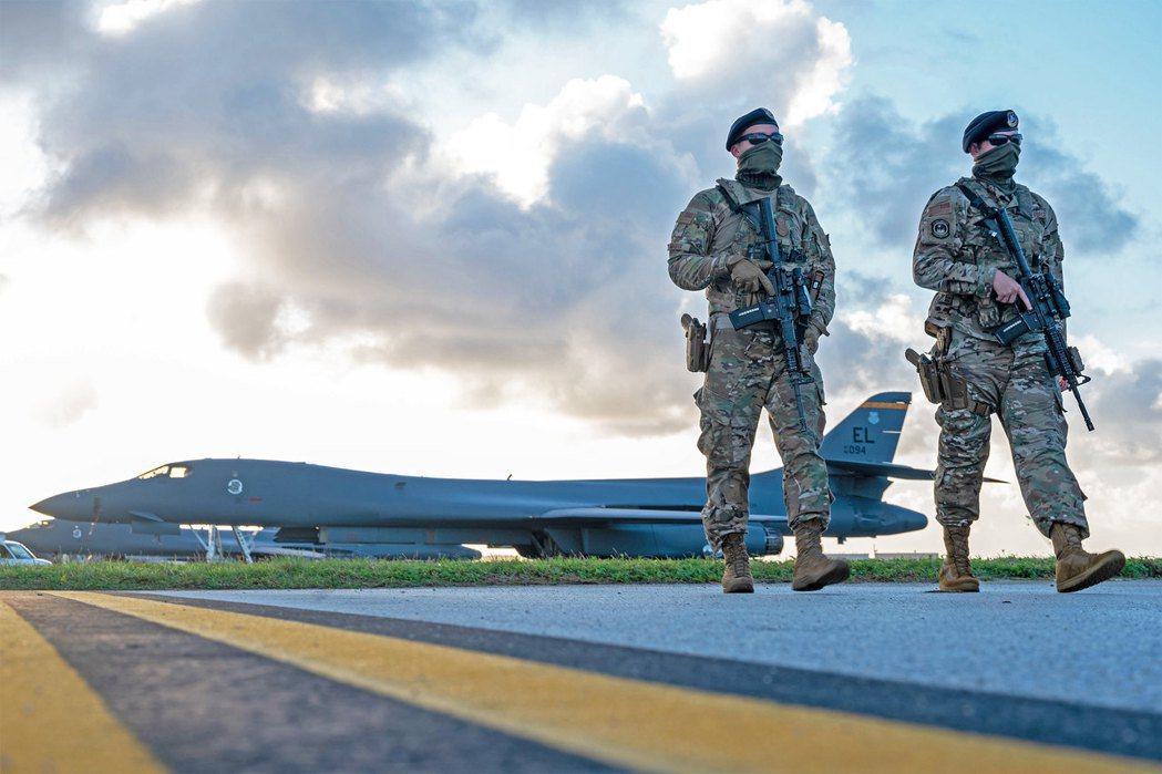 在關島安德魯空軍基地的B-1B遠程轟炸機。 圖/美國空軍