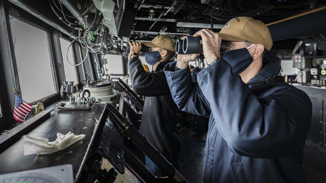 美國海軍約翰·S·麥肯號驅逐艦經過台灣鄰近海域時艦上人員瞭望。 圖/美國海軍