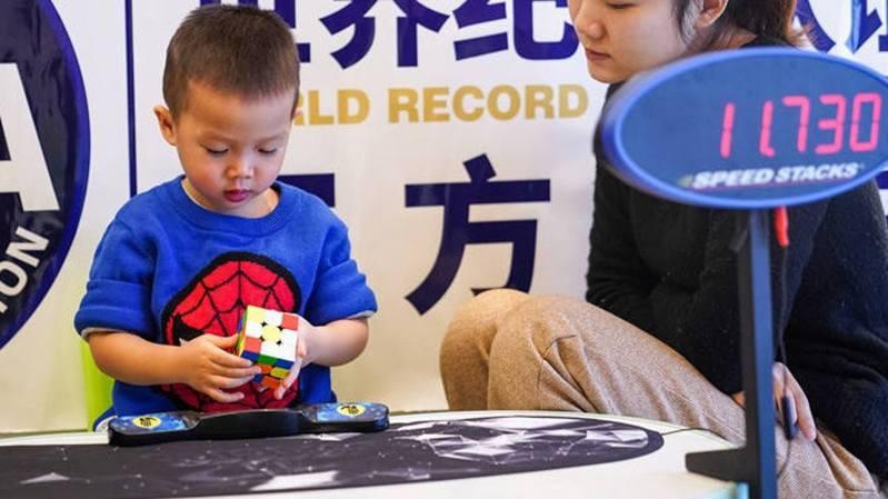 中國大陸廣西南寧市年僅2歲237天的男童韋欽勻,經世界紀錄認證(WRCA)官方審核,成功刷新「最小年齡還原三階魔術方塊」的世界紀錄。 圖/南國早報
