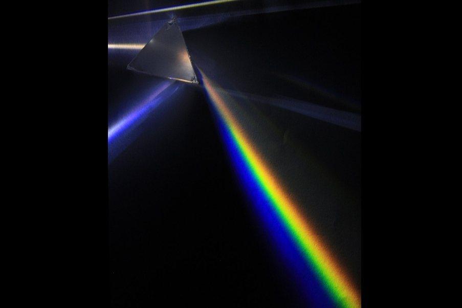 三稜鏡的實驗中找不到紫色的彩虹光。 圖/維基共享