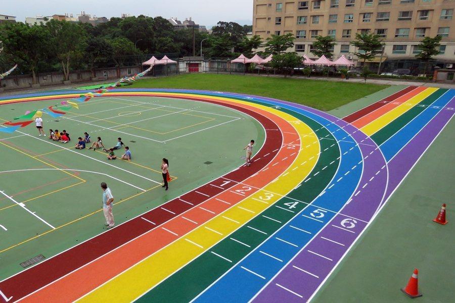 彩虹跑道並非首創,已經在台灣西部諸多國中小行之有年。圖為桃園市龍星國小彩虹跑道。 圖/聯合報系資料照