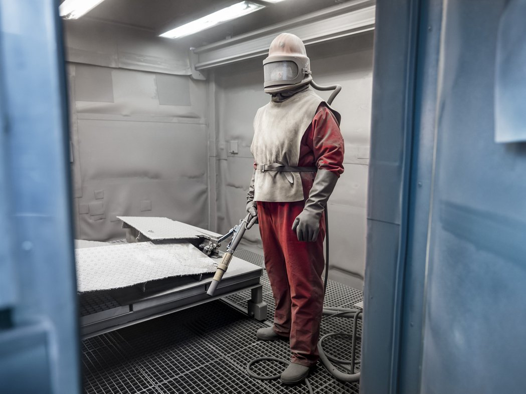 此照片攝於已停用的德國東部格里夫斯瓦爾德核電站,雇傭約1,000名工人來清潔金屬...
