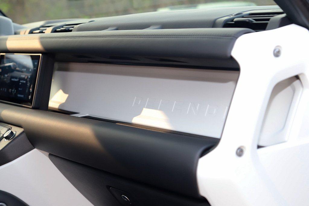 車室內裝則以耐用度與機能性為設計導向,同時融入諸多巧思,包含致敬經典的雙橫樑結構...