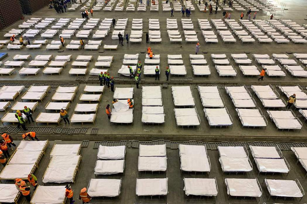 2020年2月4日,相關工作人員在武漢的臨時醫院安排病床。 圖/法新社