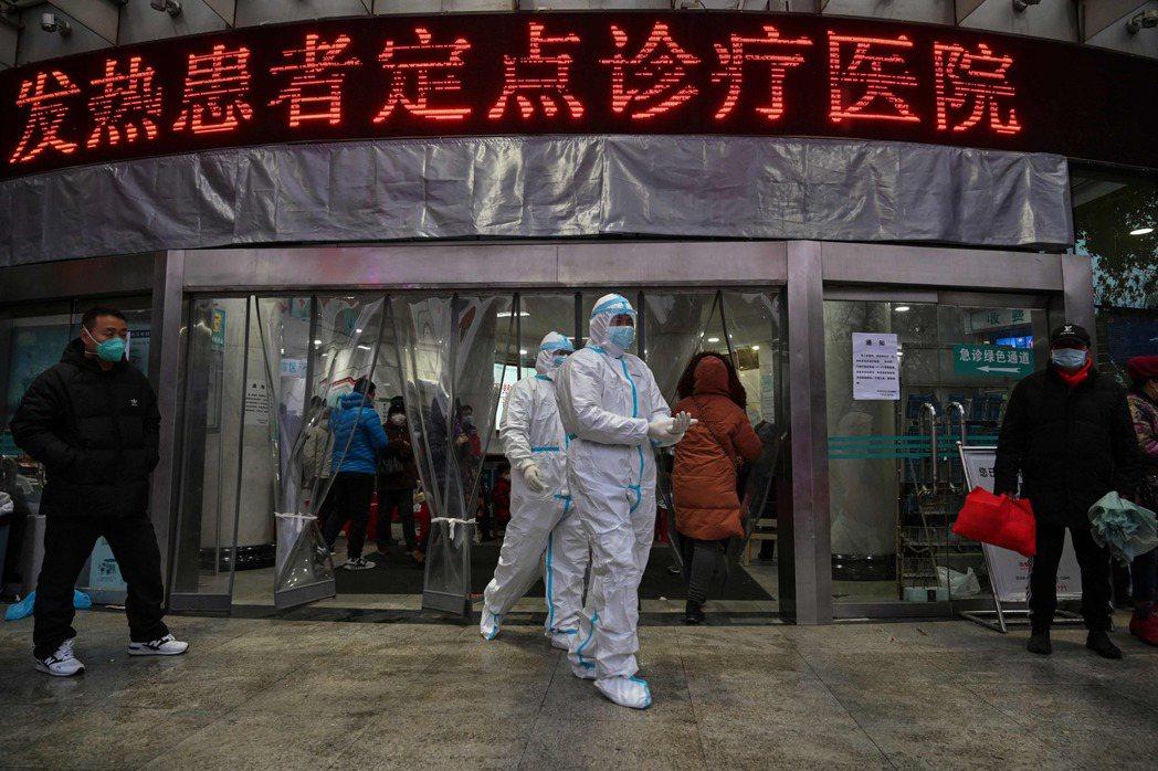 2020年1月,武漢爆發新冠病毒,醫護人員身著防疫裝備隨時備戰。  圖/法新社