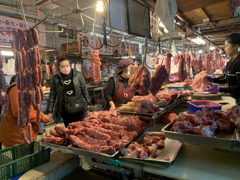 美國萊豬開放進口,傳統市場豬肉攤商反應買氣受影響,圖為新化傳統市場攤商貼上「台灣豬」標章,但消費者詢問會不會賣美豬明顯增加。記者吳淑玲/攝影
