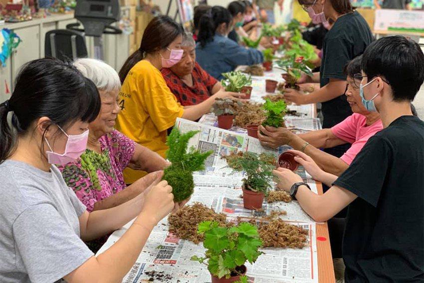 中原大學景觀系的植栽設計課程遠赴彰化與爺爺奶奶們一起進行「苔球設計」。 中原大學...