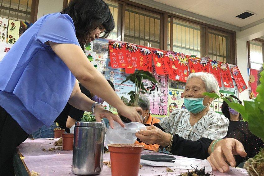 帶領苔球工作坊課程的中原景觀系許宜珮老師(左)表示,阿公阿嬤一起動手做植栽可以達...