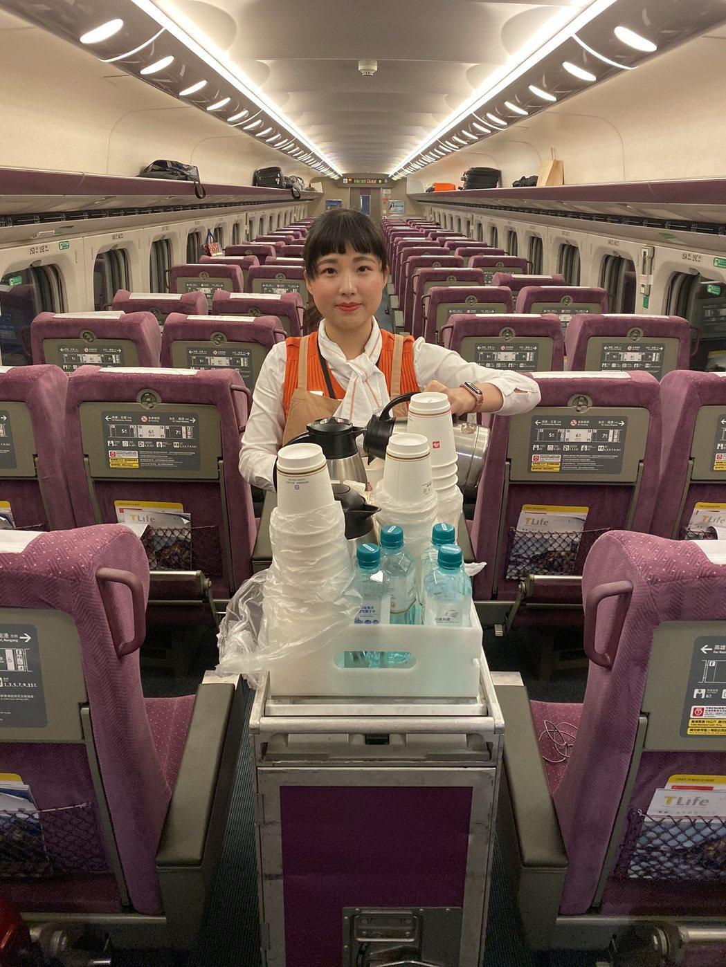 高鐵列車上服務的吳雨宣。 萬能科大/提供。