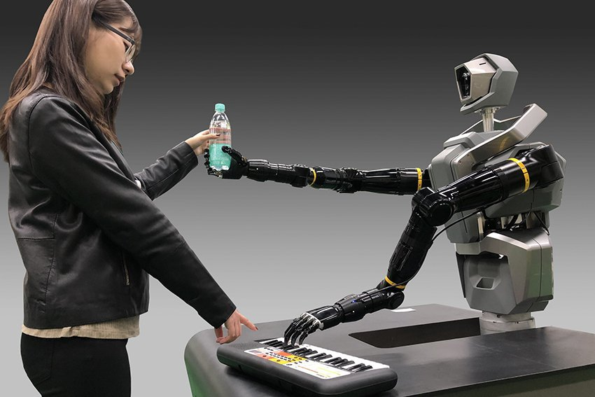 工研院在CES展出的類人雙臂機器人,擁有仿生手掌抓取形狀不規則物件,拿書、名片、...