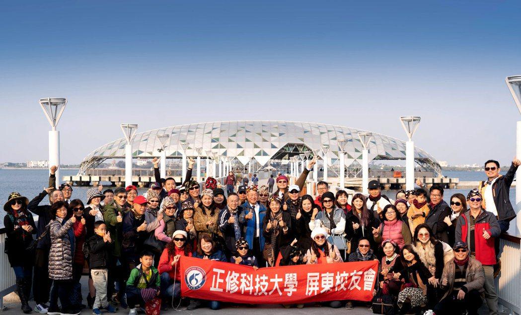 正修科大校長龔瑞璋(中著藍色外套)全程參與屏東校友會活動。 正修科大/提供